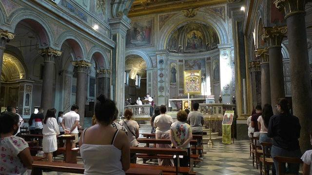 Latinos rezan juntos en Roma por víctimas del coronavirus en sus países