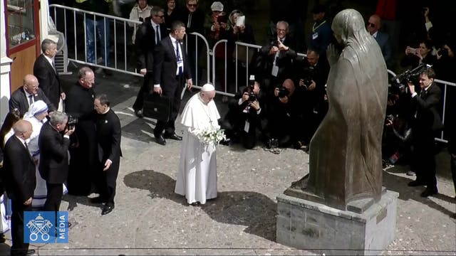 El Papa visita el Memorial en honor a...