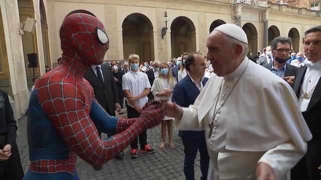 Spiderman visita al Papa en el Vaticano