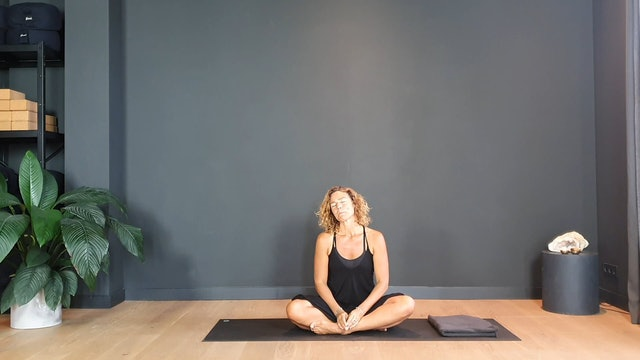 Yin Flow w/ Judith to gently wake up and stretch the body | 30 minutes