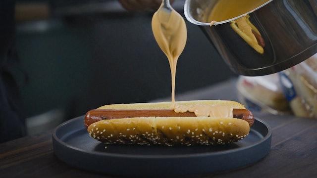 Hot dog con salsa de queso