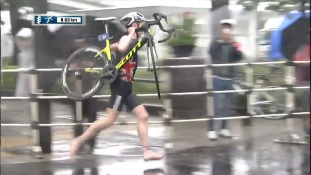 Top 10 Moment of 2017 - Jonny Brownlee carries his bike in WTS Yokohama