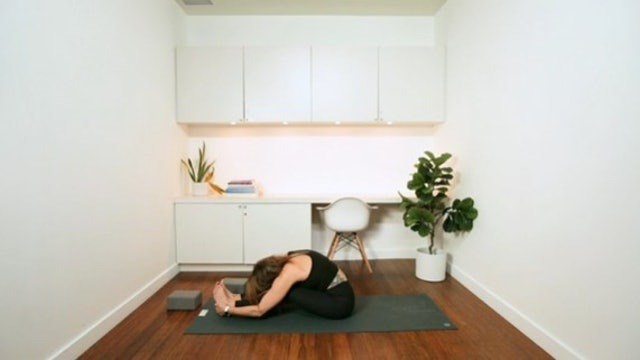 Buttery Bedtime Stretch (30 min) - with Vanessa Bourget