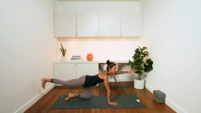 Hips & Core Flow (30 min) - with Alia...